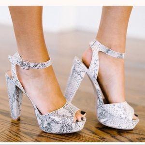 NWOT snakeskin heels size 7!!